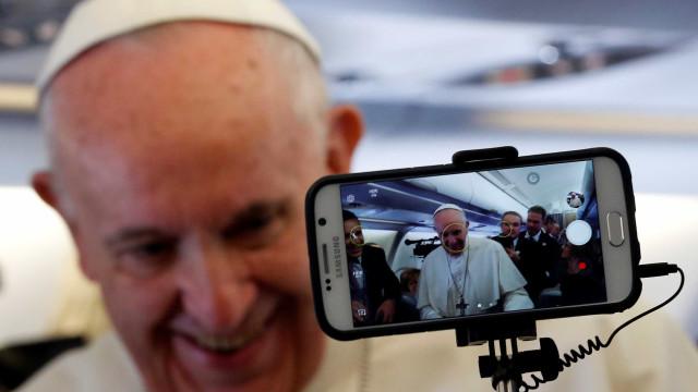 Papa Francisco chega a Bogotá e é recebido por Santos