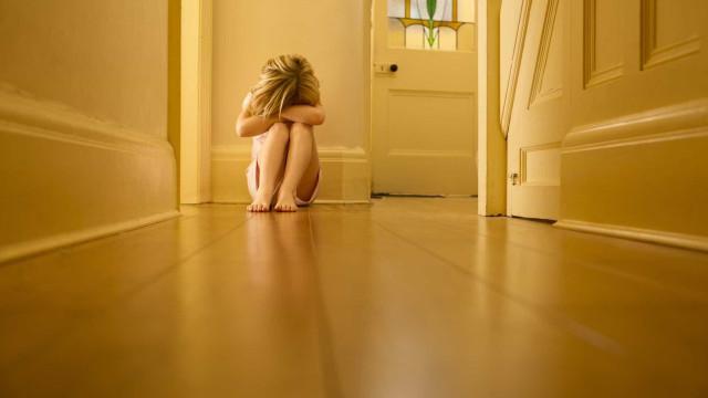 Mãe permite que filha de 9 anos seja violada por amigos durante um ano