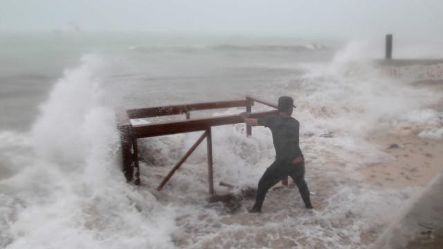 Mais fraco, furacão Maria chega a República Dominicana
