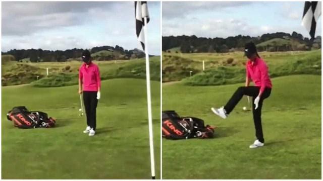 Atleta faz embaixadinha com um taco e bola de golfe