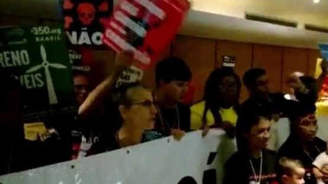 Protesto na porta de leilão da ANP tem confusão no Rio