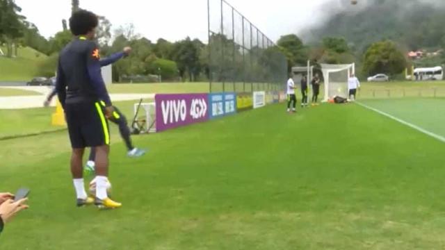 Neymar e Willian marcam gols olímpicos durante treino da Seleção