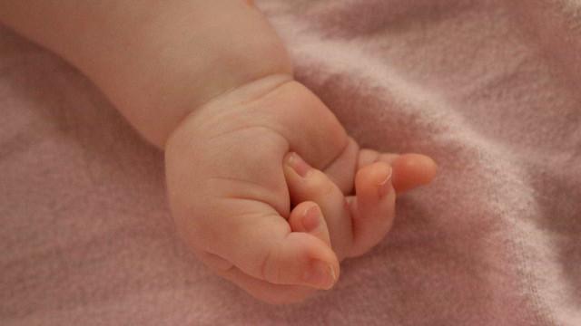 Bebê morre após ser esquecido dentro de carro por 4 horas em SC
