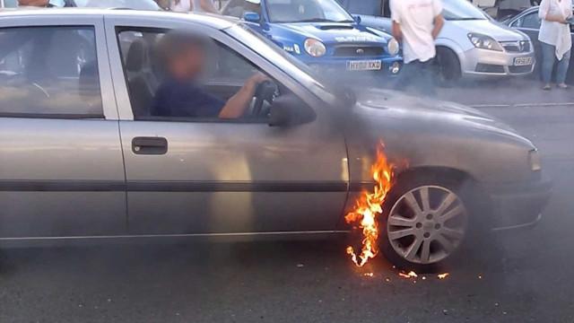 Fã de automóveis incendeia o próprio carro por acidente