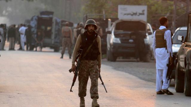Atentado a bomba mata quatro soldados no Paquistão