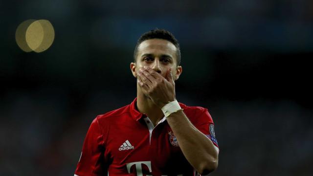 Machucado, Thiago Alcântara desfalca Bayern contra o Dortmund