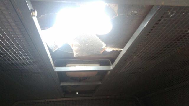 Preso de alta periculosidade cria buraco em teto de viatura e foge