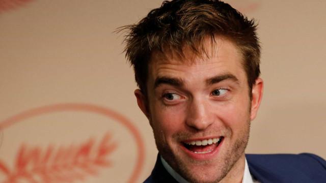 Namorada de Robert Pattinson se revolta por piada sobre relacão deles