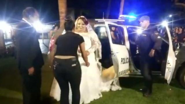 Noiva chega ao casamento em carro da PM com sirenes e giroflex
