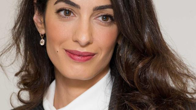 Confira o estilo elegante e discreto de Amal Clooney