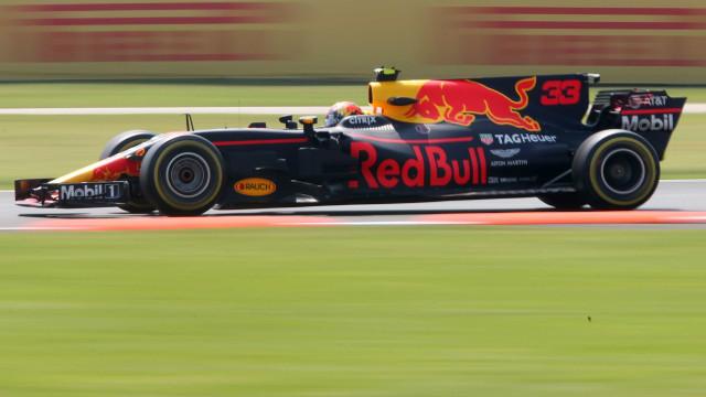 Com luta apertada entre três equipes, Verstappen lidera treino