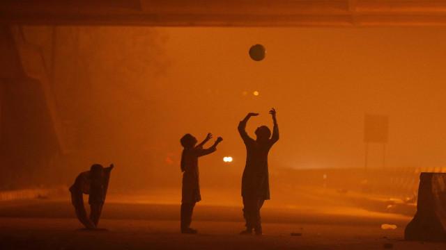 Envolta em névoa, Nova Délhi declara emergência médica