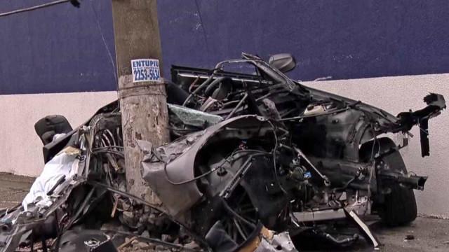 Carro de luxo bate em poste e motor trava em 180 km/h; 2 pessoas morrem