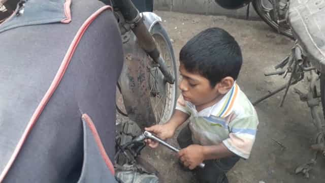 Mecânico anão sonha construir moto do seu tamanho