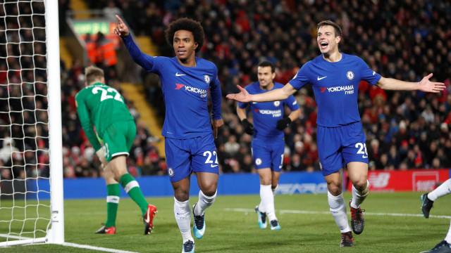 Willian rouba a cena e salva Chelsea em empate com Liverpool