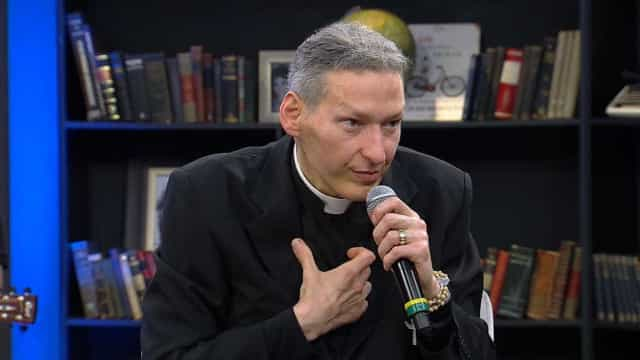 Padre Marcelo diz que não vai processar mulher que o derrubou do altar