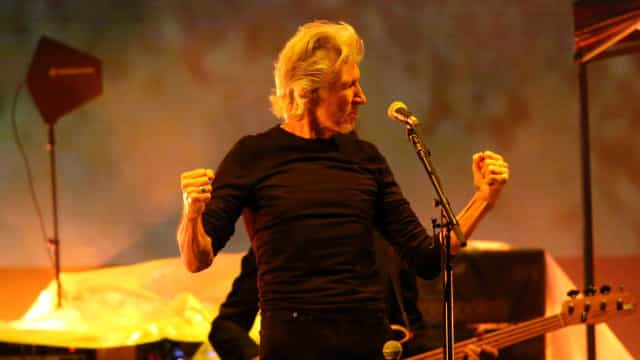 Roger Waters exibe 'Ele Não' 30 segundos antes de proibição por lei