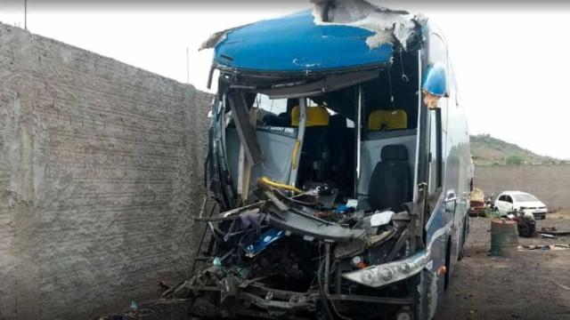 Batida entre ônibus e caminhão mata sete pessoas no interior paulista