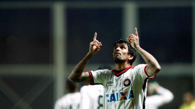 Athletico viaja para Libertadores sem Jonathan e Lucho González