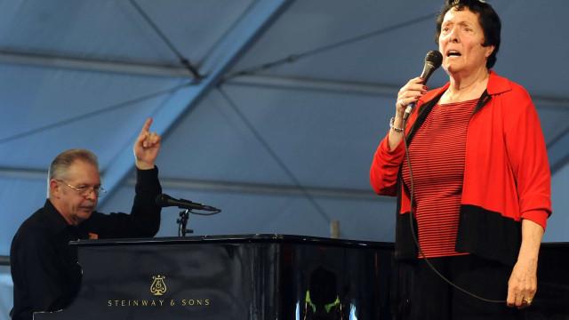Cantora de jazz Keely Smith, vencedora do Grammy, morre aos 89 anos