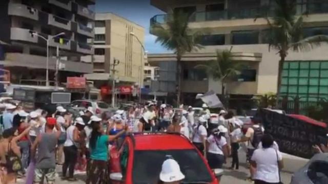 Manifestantes fazem 'ceia' em frente à casa do prefeito de Cabo Frio