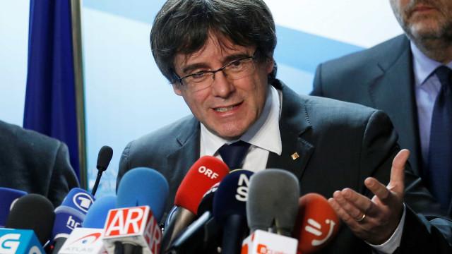 Exilado, líder catalão diz que voltará a Barcelona