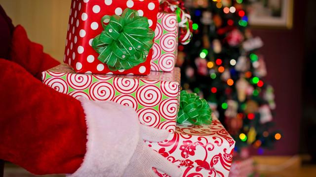 Internado em hospital, Papai Noel se emociona ao receber presente