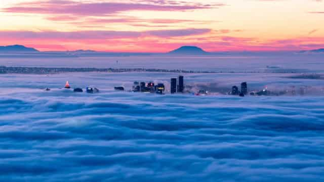 'Mar' de nuvens cobre a cidade de Vancouver