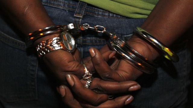 Idosa é presa suspeita de tráfico de drogas com filhos no MS
