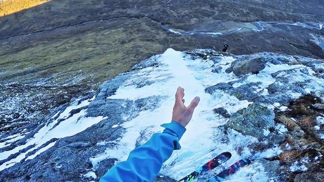 Homem constrói base para salto de esqui no Reino Unido