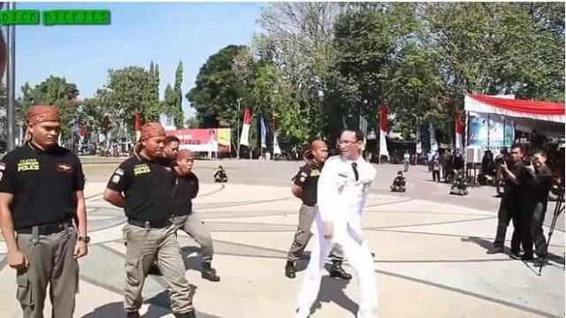 Prefeito malaio bate em policiais para testar equipe