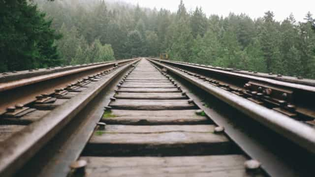 Para cumprir aposta, jovem deita nos trilhos enquanto trem passa; vídeo