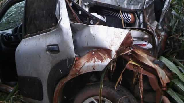 Pais ficam feridos e bebê morre após carro cair de ribanceira