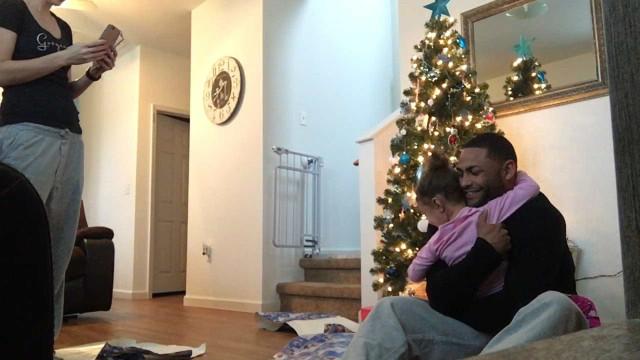 Militar regressa e surpreende filha se embrulhando em presente