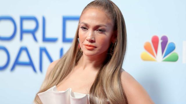Aos 50 anos, Jennifer Lopez mantém a boa forma com 200 abdominais