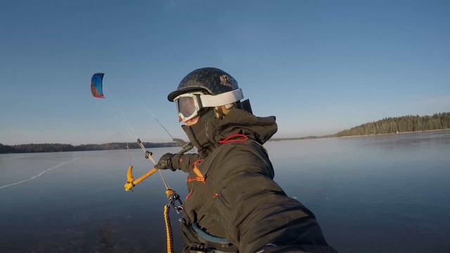 Aventureiro pratica kitesurf no gelo; vídeo