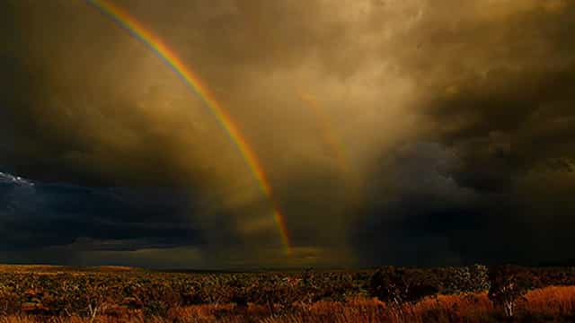 Incrível arco-íris duplo se forma durante tempestade na Austrália