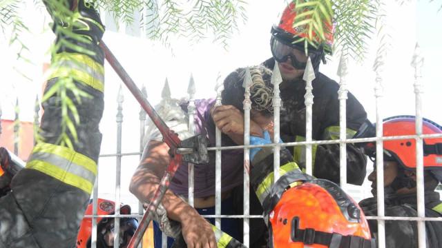 Homem escorrega e tem braço perfurado por lança de portão em SP