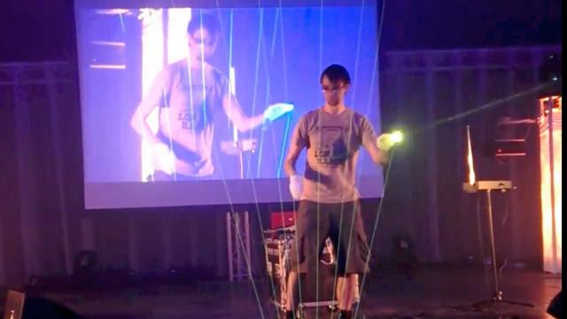 Homem toca trilha de Tetris com harpa feita de lasers