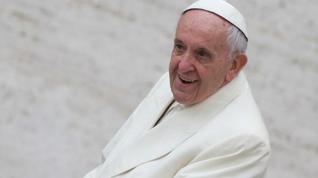 Papa surpreende e celebra casamento de brasileira