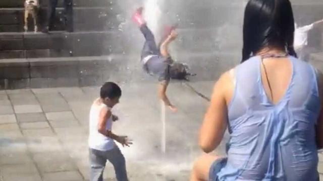 Criança brinca com jato de água e termina 'voando'; assista