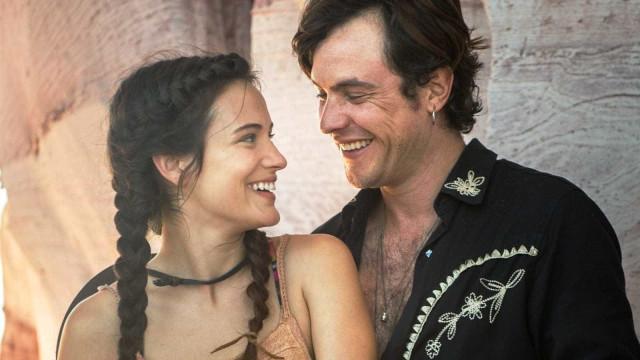 Após casamento secreto, Bianca Bin e Sergio Guizé exibem alianças