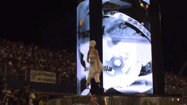 Atleta é a primeira pessoa a desfilar no Carnaval com duas próteses
