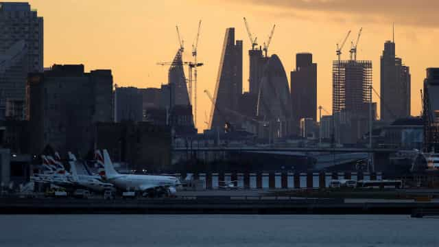 Aeroporto fechado por bomba da Segunda Guerra pode reabrir nesta terça
