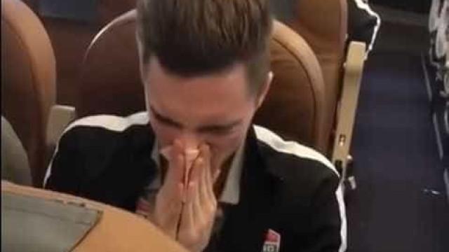 Jogador assoa nariz com cédula de dinheiro e gera polêmica na Rússia