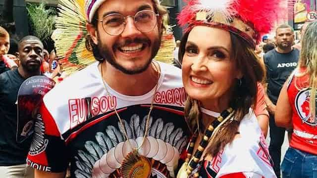 Foliões pressionam Fátima Bernardes com pergunta: 'Foi golpe ou não?'