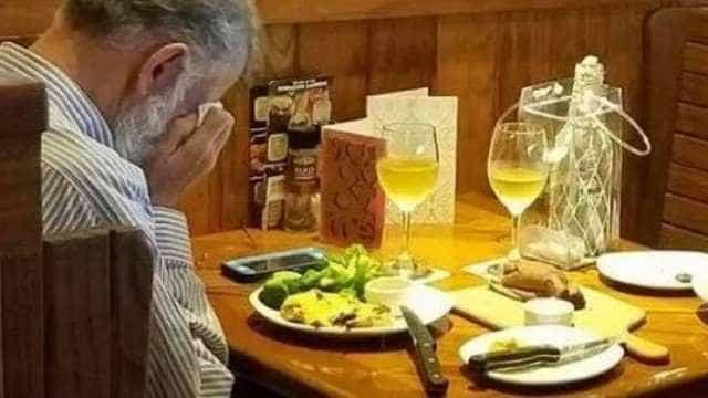 Comovente: viúvo janta com as cinzas da esposa no Dia dos Namorados