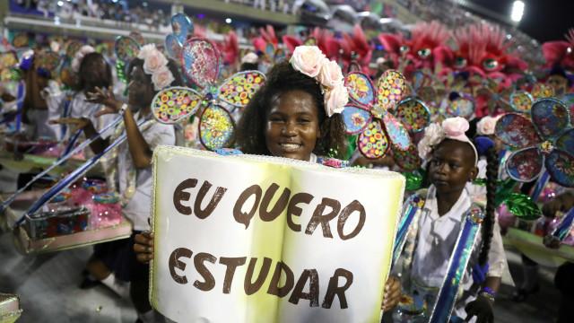 Protestos voltam à Sapucaí em desfile das campeãs