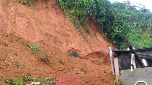Mulher morre após ter casa soterrada por deslizamento de terra em SP