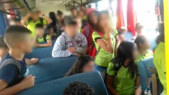 Ônibus escolar superlotado de crianças é flagrado nas ruas de Itapeva